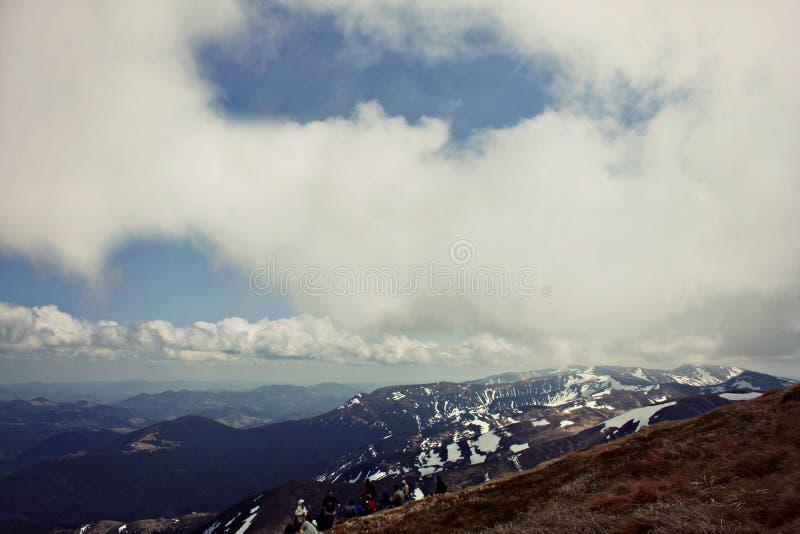 Montagnes de forêt Vue à partir du dessus Montagnes carpathiennes Ciel l'ukraine photographie stock libre de droits