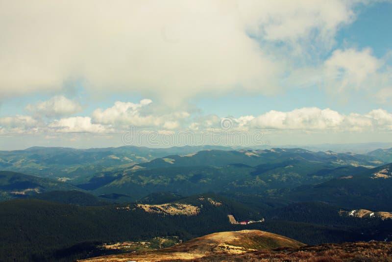 Montagnes de forêt Vue à partir du dessus Montagnes carpathiennes Ciel l'ukraine image libre de droits