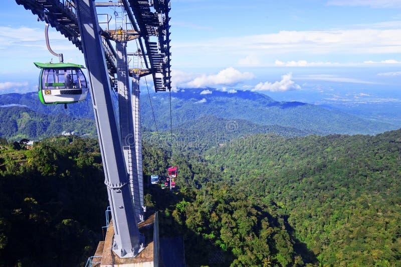 MONTAGNES DE GENTING, MALAISIE - 21 DÉCEMBRE : Les touristes voyagent sur le funiculaire de Genting Skyway C'est un ascenseur de  photographie stock
