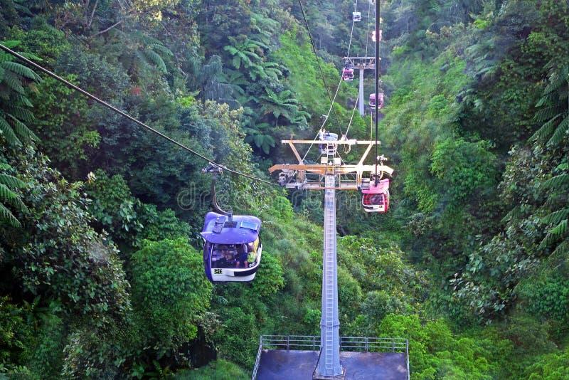 MONTAGNES DE GENTING, MALAISIE - 21 DÉCEMBRE : Les touristes voyagent sur le funiculaire de Genting Skyway C'est un ascenseur de  images libres de droits