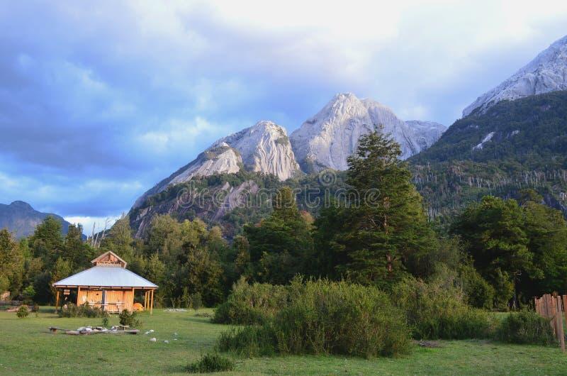 Montagnes de granit dans la vallée de ³ de CochamÃ, région de lacs du Chili du sud photo stock