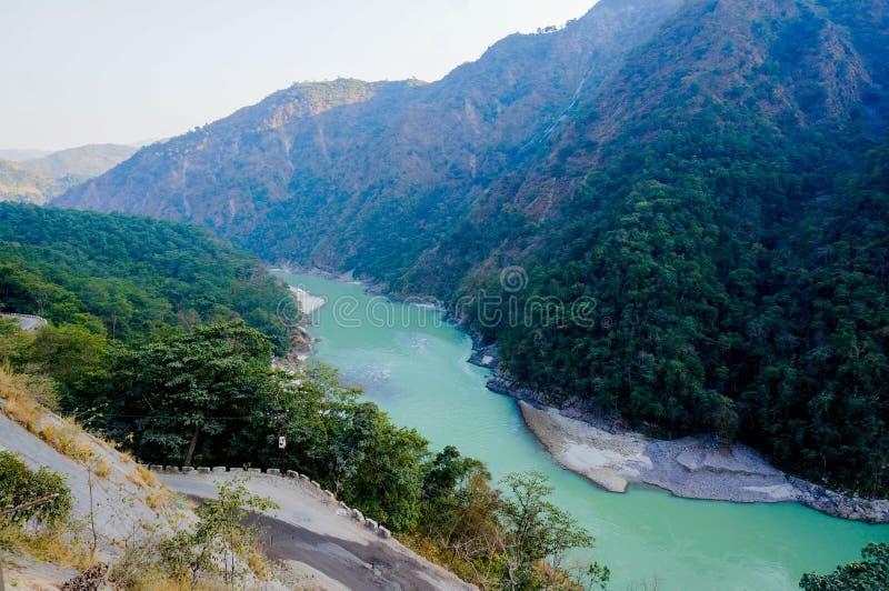 Montagnes de Himalya et rivière de ganga dans le rishikesh images libres de droits