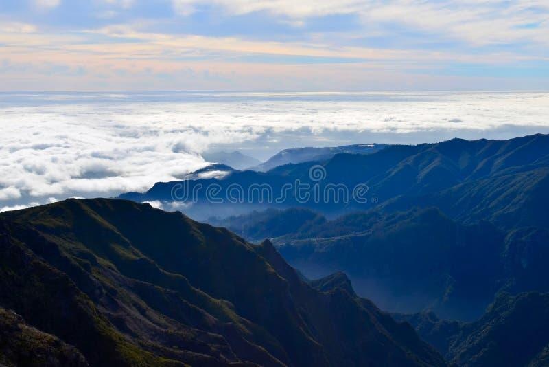 Montagnes de l'île de la Madère, nuages au-dessus de l'Océan Atlantique, Portugal images libres de droits