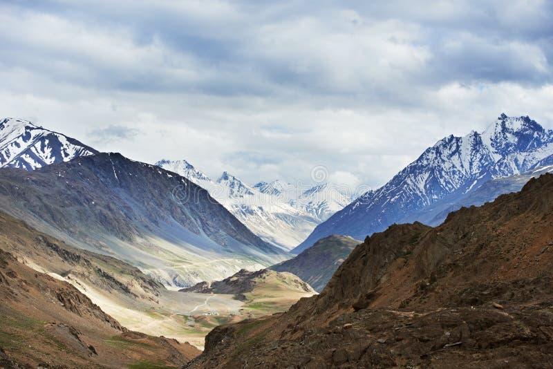 Montagnes de l'Himalaya en vallée de spiti de l'Inde photos stock