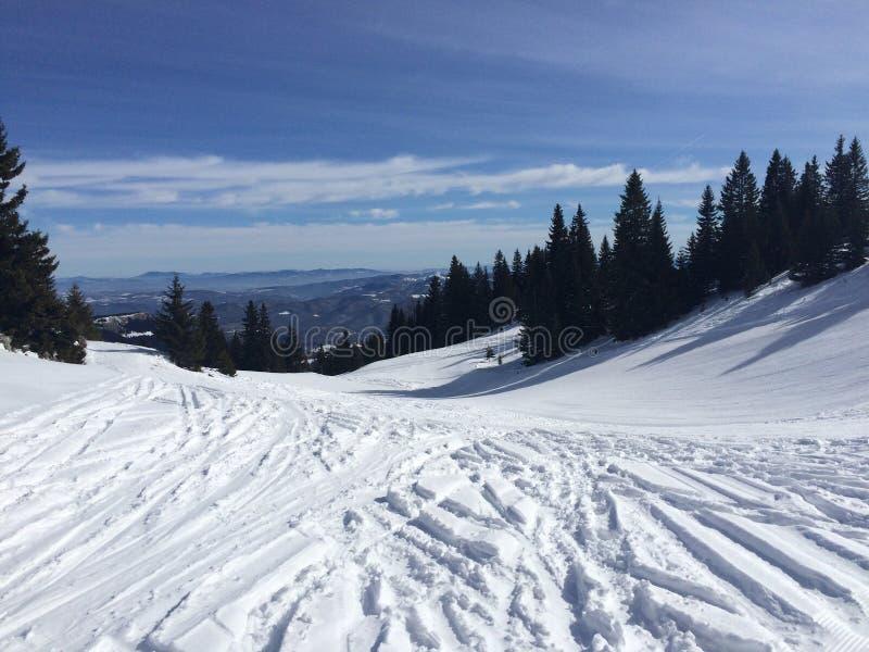 Montagnes de l'hiver complètement de neige photos stock