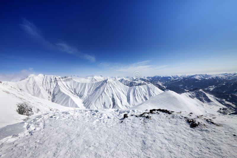 Montagnes de l'hiver et ciel bleu photographie stock libre de droits