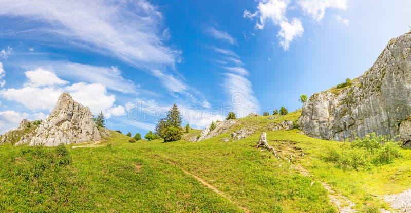 Montagnes de la vallée Eselsburger Tal, Alpes souabes photographie stock