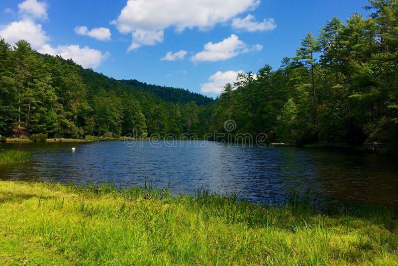 Montagnes de lac photographie stock libre de droits