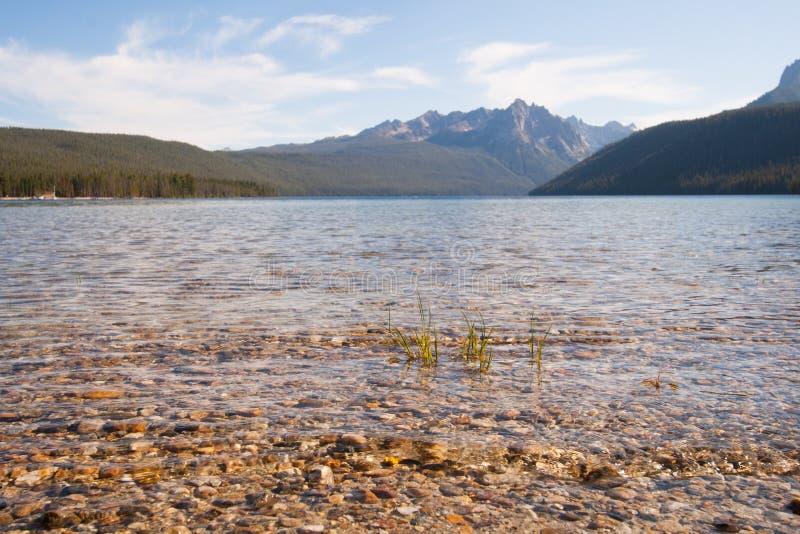 Montagnes de lac et de dent de scie redfish en Idaho images libres de droits