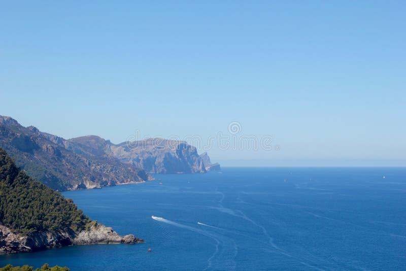 Montagnes de mer photographie stock libre de droits