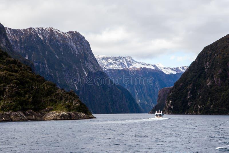Montagnes de Milford Sound dans l'eau photo stock