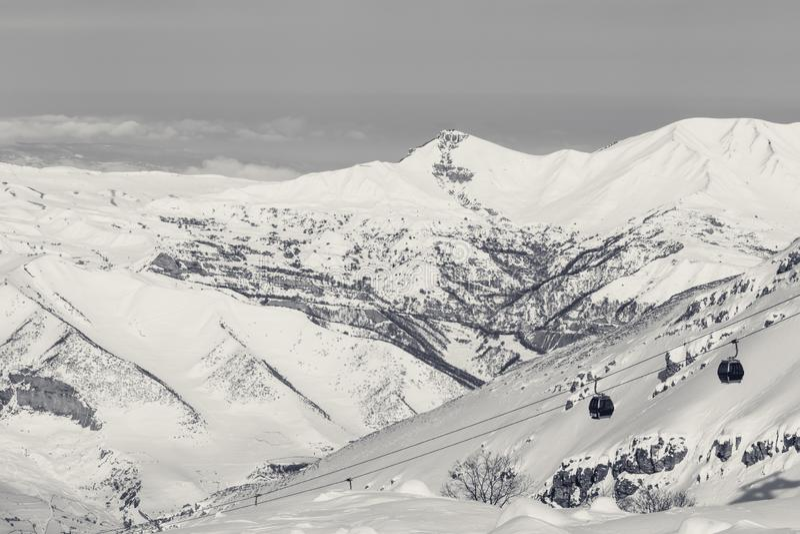 Montagnes de Milou et ascenseur de gondole ? la station de sports d'hiver au jour d'hiver ensoleill? photo stock