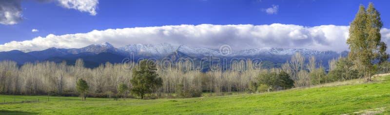 Montagnes de Milou et vallée verte en Sierra de Gredos, Avila, Espagne images libres de droits