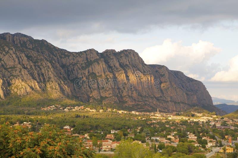 Montagnes de Montserrat et village de ³ de Collbatà photographie stock