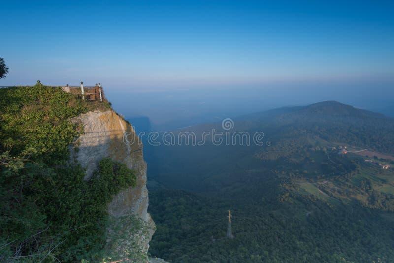 Montagnes de mur de barrage et ciel bleu nuageux photo stock