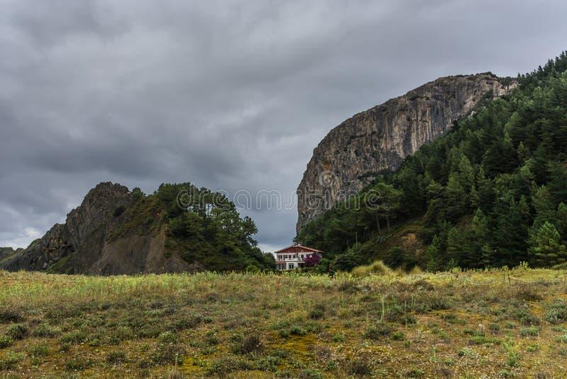 Montagnes de mur de barrage et ciel bleu nuageux images libres de droits