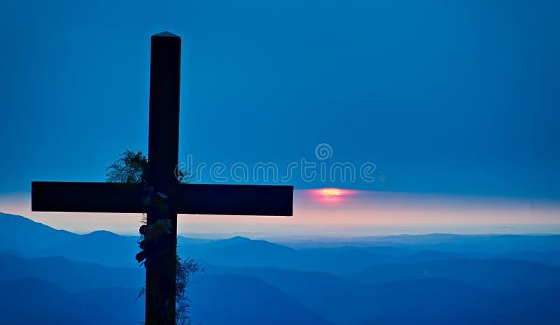Montagnes de négligence croisées de culte chrétien au lever de soleil images libres de droits