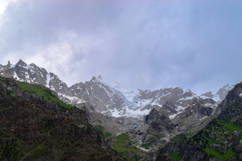 Montagnes de neige avec le nuage fumeux naturel à Gilgit photographie stock libre de droits