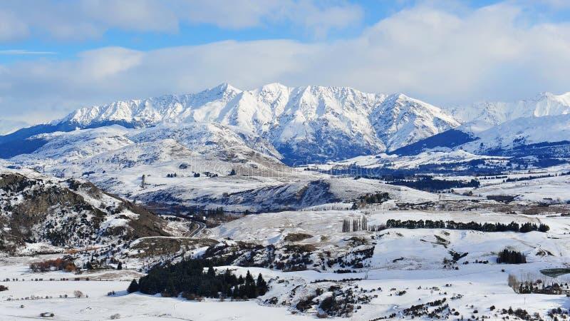 Montagnes de neige de la Nouvelle Zélande images libres de droits