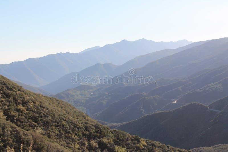 Montagnes de parc national d'aumôniers de visibilité directe et route scénique photos stock