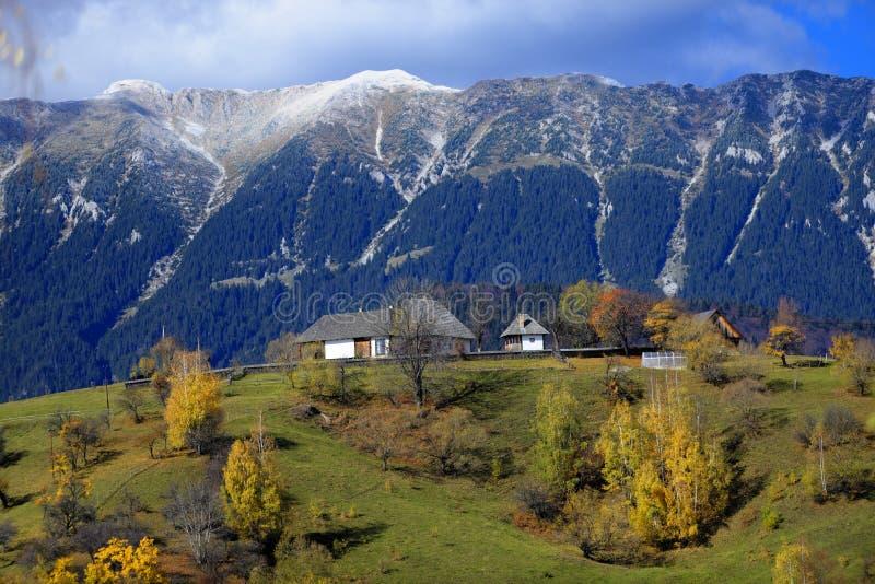 Montagnes de Piatra Craiului en Roumanie photographie stock libre de droits