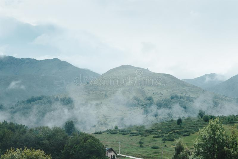Montagnes de Prevalla, Prizren, Kosovo dans le brouillard de matin images libres de droits