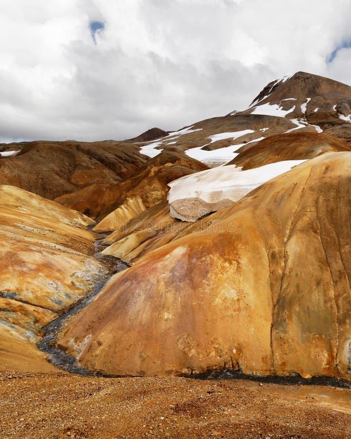 Montagnes de rhyolite en Islande avec des champs de neige photos stock