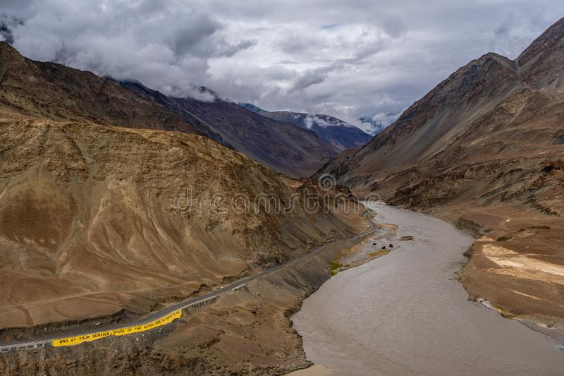 Montagnes de rivière de Zanskar en été de Leh Ladakh, Jammu-et-Cachemire, photos stock