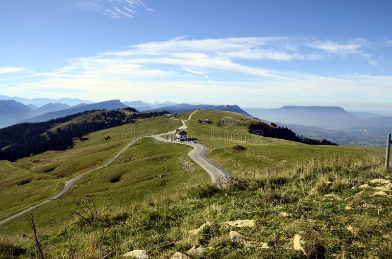 Montagnes de Semnoz et champs, chou de savoie, France photos stock