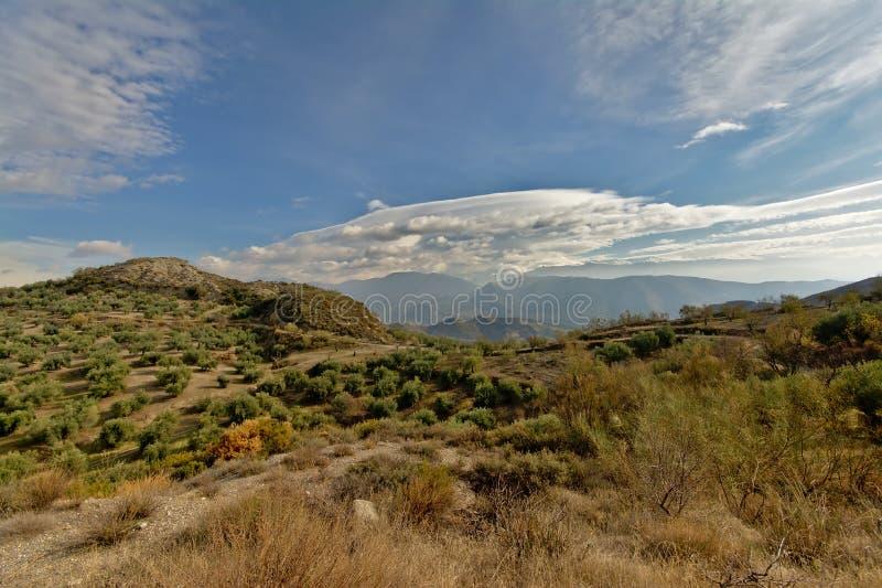 Montagnes de Sierre Nevada sous un grand nuage gris du ciel bleu un photos libres de droits
