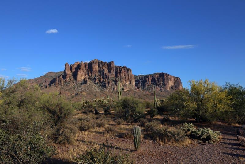 Montagnes de superstition recherchant de la jonction d'Apache, Arizona photographie stock libre de droits
