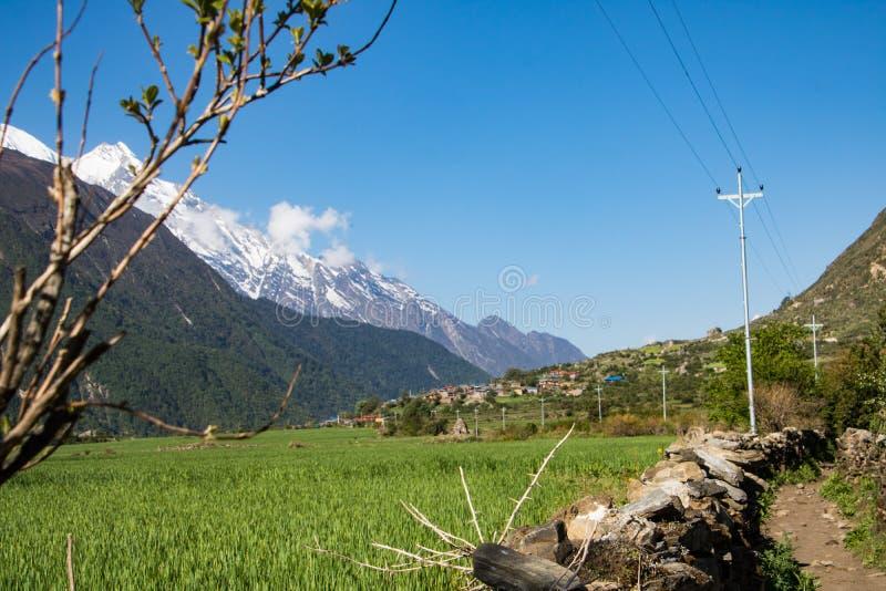 Montagnes de vallée et d'éblouissement de Tsum photographie stock