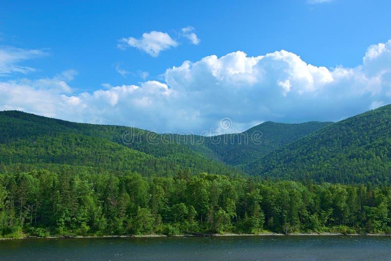 Montagnes de Woodland Hills Sikhote-Alin et rivière de montagne images stock