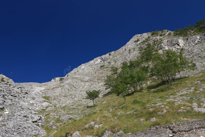 Montagnes des Alpes d'Apuan, entre Versilia et Garfagnana Sous des passages de cette montagne le tunnel de route du passage de Ve images stock