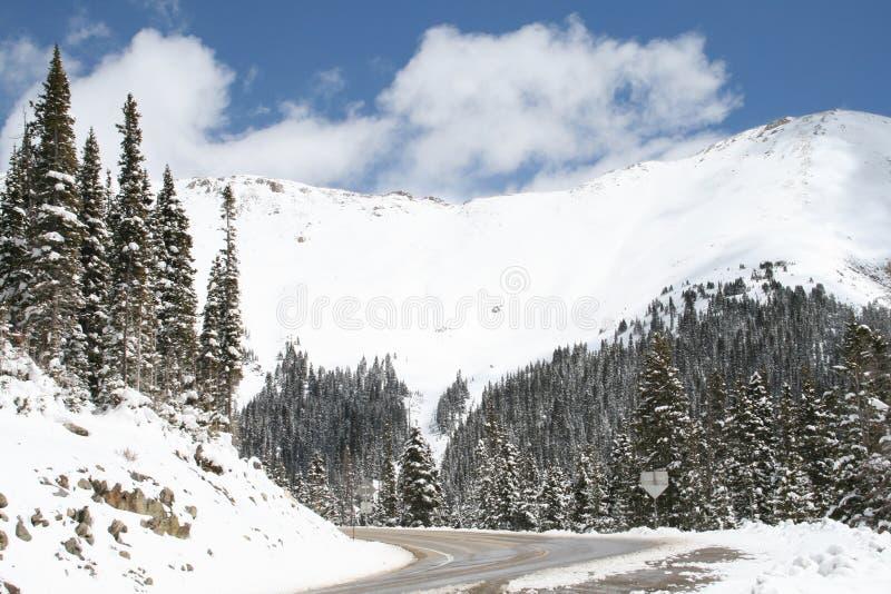 Montagnes du Colorado dans la neige fraîche photographie stock