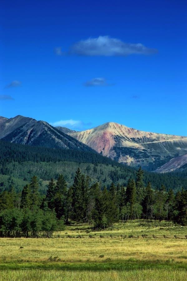 Montagnes du Colorado et prés de pays images libres de droits