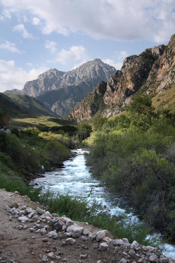 Montagnes du Kyrgyzstan. photos stock