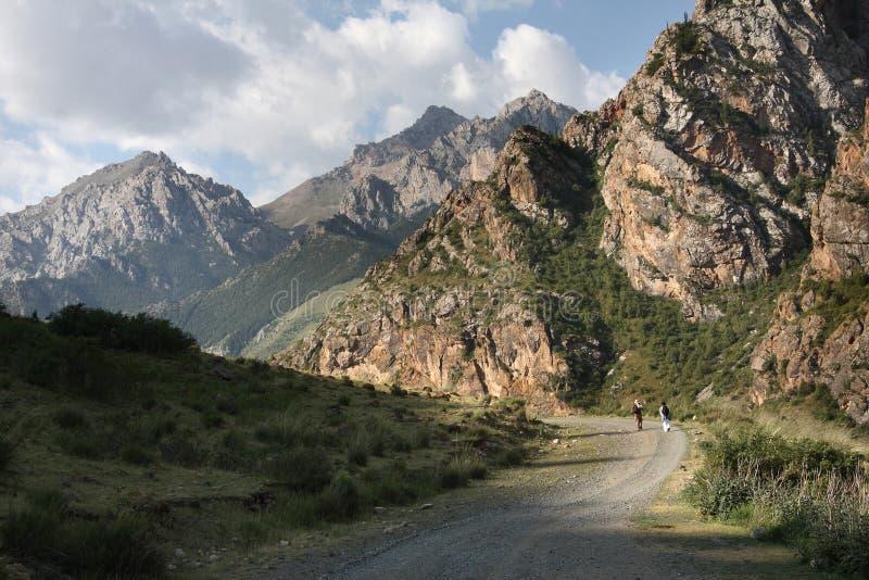 Montagnes du Kyrgyzstan. photographie stock