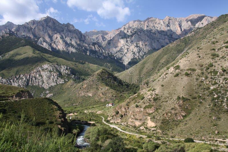Montagnes du Kyrgyzstan. image stock