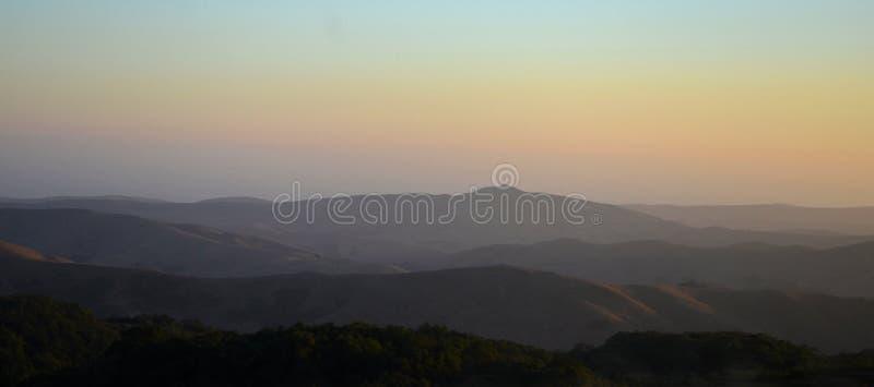 Montagnes du nord de la Californie dans la fin d'été avec le ciel bleu images libres de droits