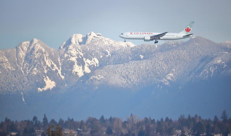 Montagnes du ` s Northshore d'Air Canada et de Vancouver photos libres de droits