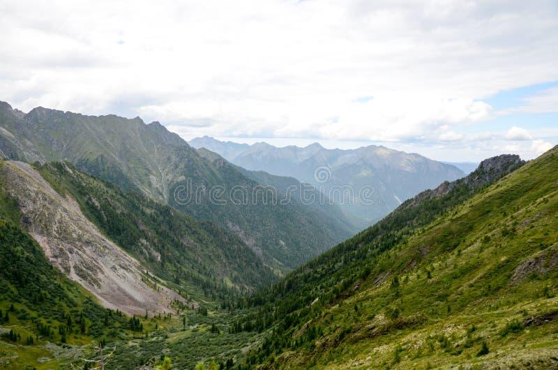 Montagnes du Sayan oriental image stock