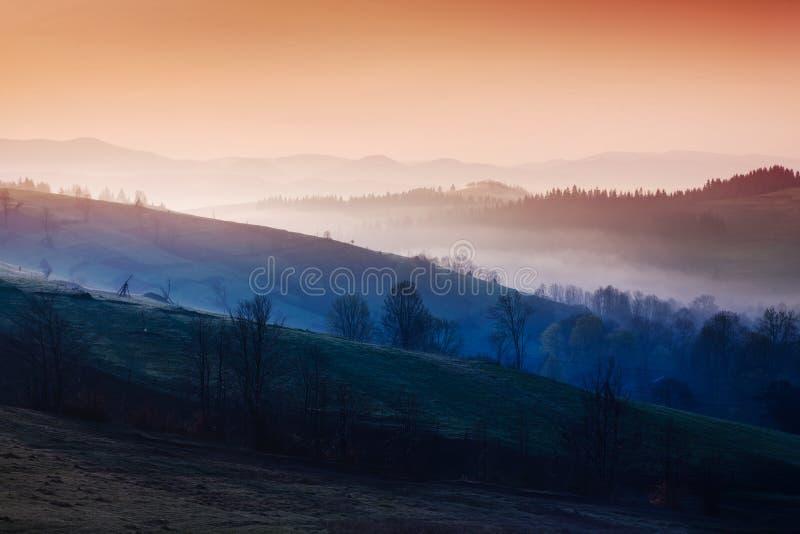 Montagnes en brouillard de matin photographie stock