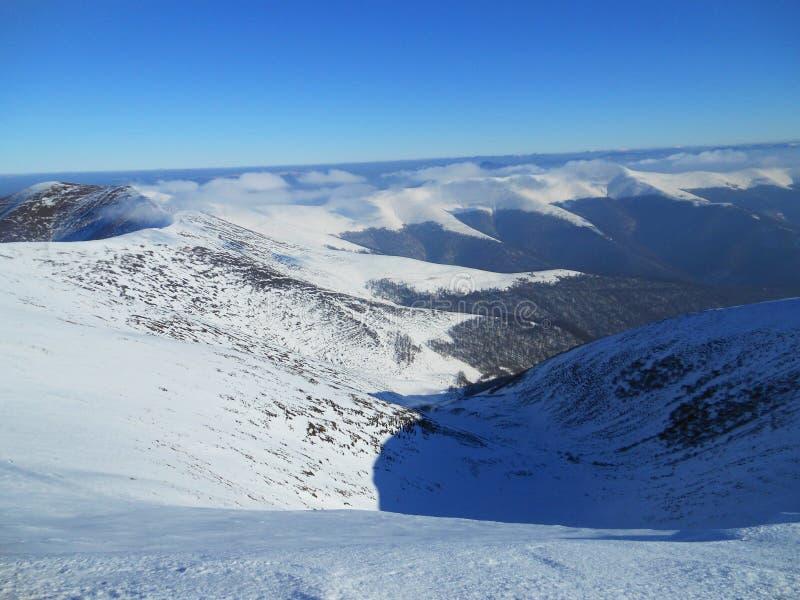 Montagnes en hiver, Carpathiens, Ukraine photo stock