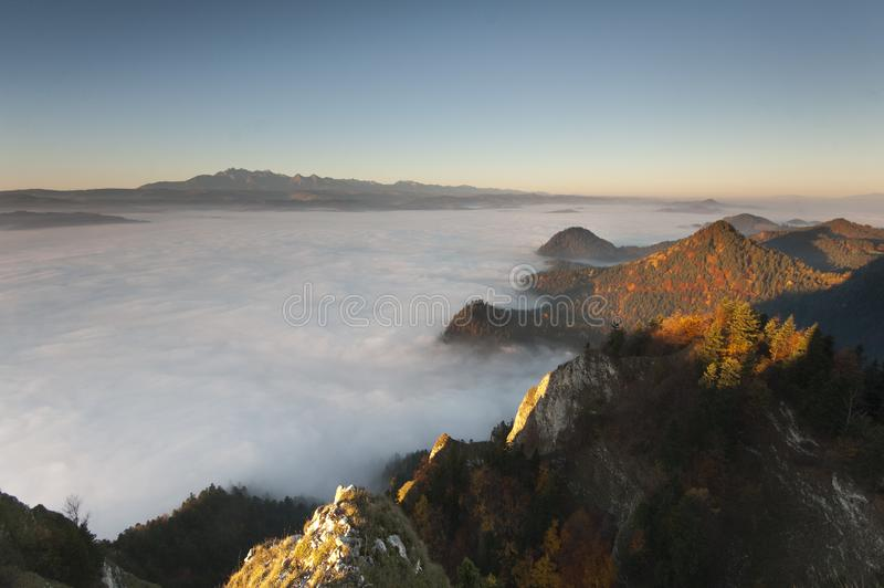 Montagnes en mer des nuages photo stock
