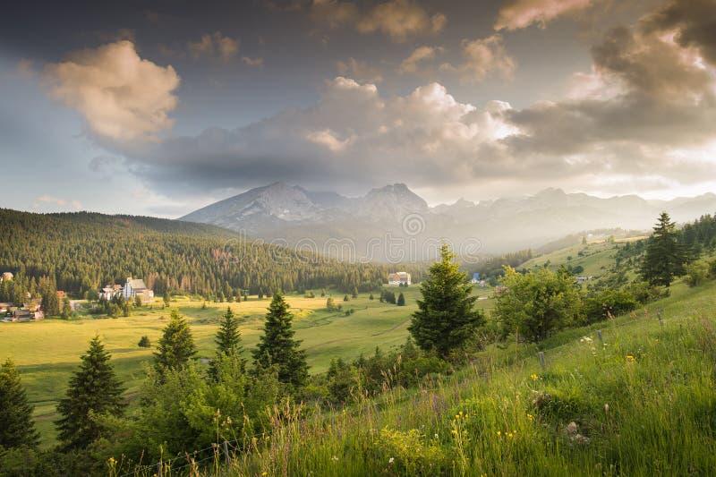 Download Montagnes en parc national image stock. Image du écologie - 56476609
