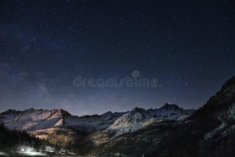 Montagnes et étoiles photo libre de droits