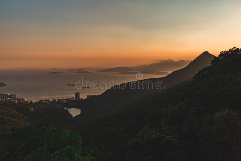 Montagnes et îles autour de Hong Kong au coucher du soleil image libre de droits