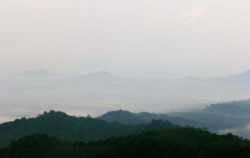 Montagnes et brouillard photographie stock libre de droits