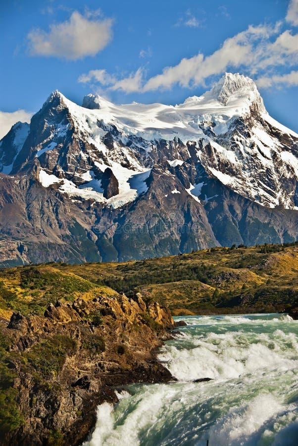 Montagnes et cascade à écriture ligne par ligne, Chili image libre de droits